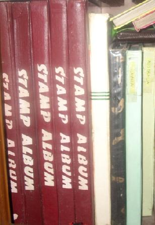 Beberapa album perangko di rumah.