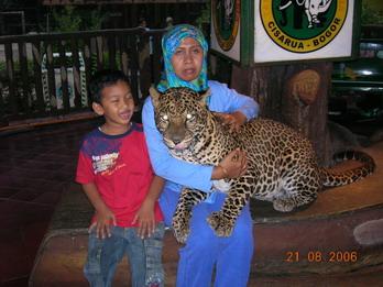 Ibu dan ian berfoto dengan anak macan tutul yang narsis.