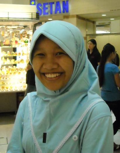 Narsis di depan shopping mall Isetan
