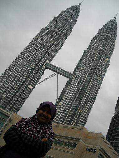 Berfoto di depan menara kembar Petronas KLCC, Juli 2009
