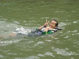 Berenang di sungai.