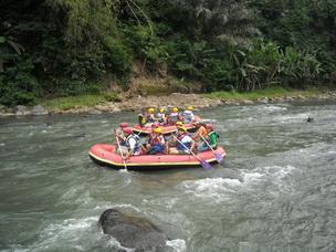 Ini lho yang namanya white water rafting atau arung jeram.