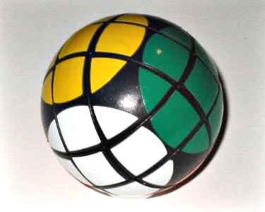 Rubik aneh berbentuk bola.