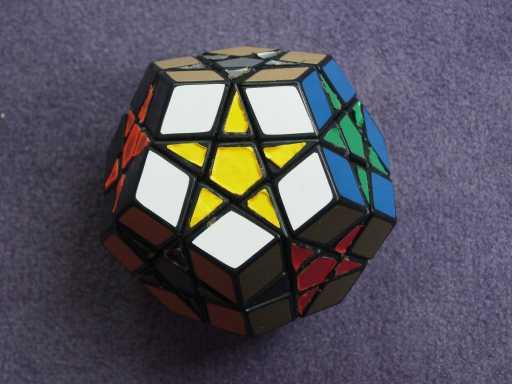 Rubik berbentuk bintang.