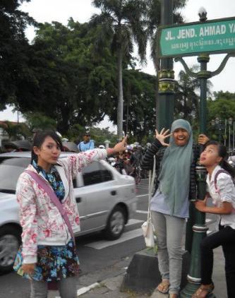 Papan nama jalan di Yogya pakai tulisan Jawa.