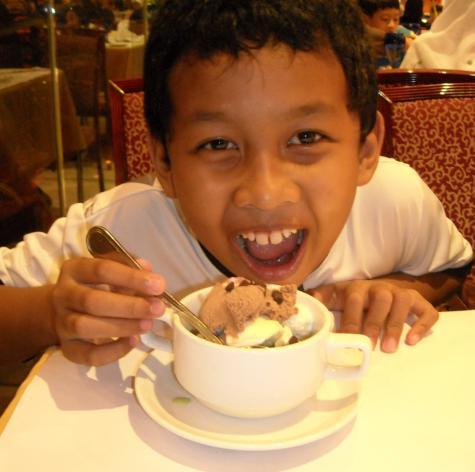 adekku makan es krim