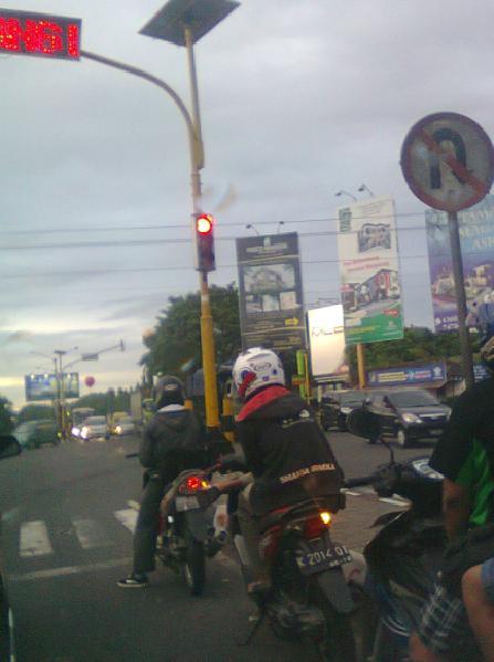 Motor disandarkan waktu nunggu lampu merah.