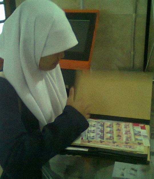 Milihin perangko di buku penjualan counter philateli Kantor Pos Besar Yogyakarta